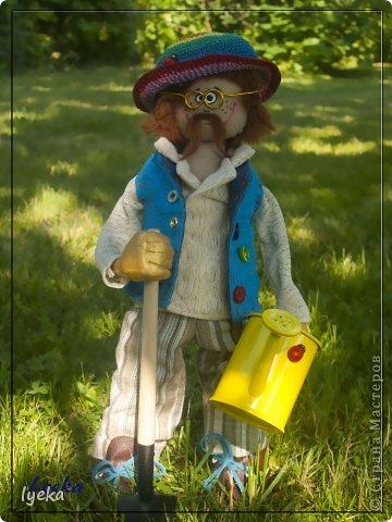 Парень веселый с золотыми руками и добрым сердцем, а также, с лопатой и лейкой! :) Копает и поливает на пятерку! фото 1
