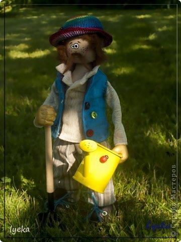 Парень веселый с золотыми руками и добрым сердцем, а также, с лопатой и лейкой! :) Копает и поливает на пятерку! фото 2