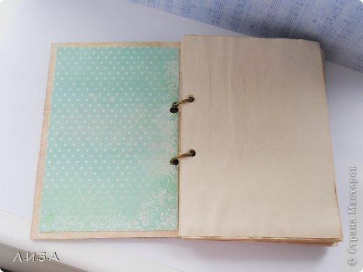 """Сегодня хочу показать шебби блокнотик на кольцах. Делала его в рамках проекта """"Кураторы"""", в группе ВКонтакте. За основу взяла плотный картон, покрыла белой и золотой краской, имитируя состаривание. Формат блокнота А6  фото 2"""