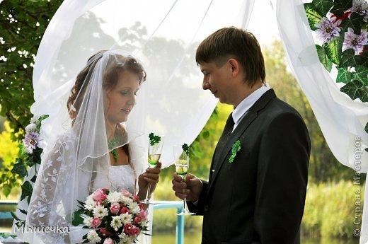 """Ну вот! Наконец-то добрались мои руки выложить фото-репортаж с моей Клеверной свадьбы. Давно я хотела это сделать, но вот как-то так.... В общем """"Я ВЫШЛА ЗАМУЖ!"""" Предупреждаю сразу очень много фотографий.  С моим будущим мужем мы жили некоторое время до свадьбы вместе. И когда решился вопрос со свадьбой, мы подумали и решили что не будем обрамлять кошельки родителей и будем гулять за собственные деньги. А у меня студентки на дневном и любимого-заочника денег много не появится - решили экономить и делать все своими руками.   фото 22"""