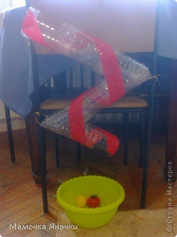 Вот такую игрушку соорудила я для дочки из того, что было, как говорится. Вырезала середину коробки, вставила по краям пенопласт, в него воткнула металлические пруты (от раскладной сушилки для белья), а на низ нанизала то, что нашлось дома: крышки, ракушку, бусины, яички от киндеров (внутри бусинки), колокольчик. фото 5