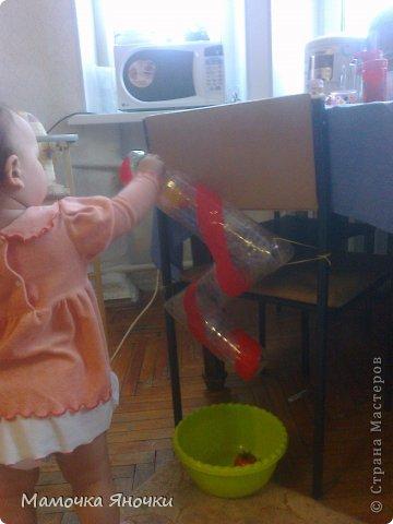 Вот такую игрушку соорудила я для дочки из того, что было, как говорится. Вырезала середину коробки, вставила по краям пенопласт, в него воткнула металлические пруты (от раскладной сушилки для белья), а на низ нанизала то, что нашлось дома: крышки, ракушку, бусины, яички от киндеров (внутри бусинки), колокольчик. фото 6