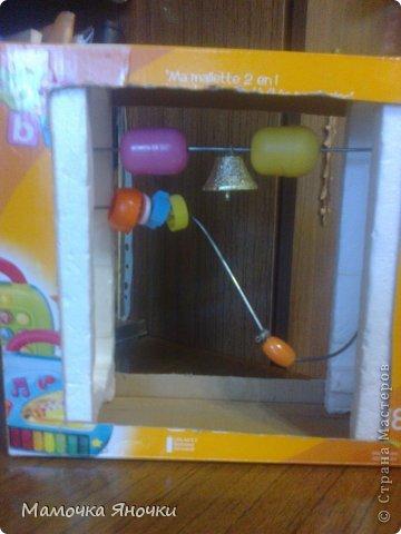 Вот такую игрушку соорудила я для дочки из того, что было, как говорится. Вырезала середину коробки, вставила по краям пенопласт, в него воткнула металлические пруты (от раскладной сушилки для белья), а на низ нанизала то, что нашлось дома: крышки, ракушку, бусины, яички от киндеров (внутри бусинки), колокольчик. фото 2