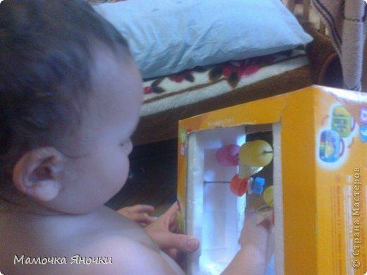 Вот такую игрушку соорудила я для дочки из того, что было, как говорится. Вырезала середину коробки, вставила по краям пенопласт, в него воткнула металлические пруты (от раскладной сушилки для белья), а на низ нанизала то, что нашлось дома: крышки, ракушку, бусины, яички от киндеров (внутри бусинки), колокольчик. фото 3