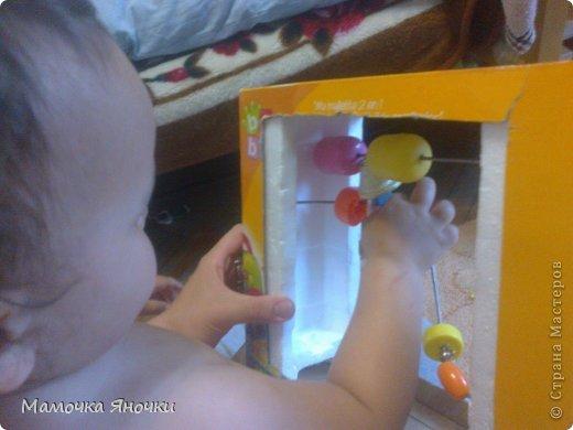 Вот такую игрушку соорудила я для дочки из того, что было, как говорится. Вырезала середину коробки, вставила по краям пенопласт, в него воткнула металлические пруты (от раскладной сушилки для белья), а на низ нанизала то, что нашлось дома: крышки, ракушку, бусины, яички от киндеров (внутри бусинки), колокольчик. фото 4