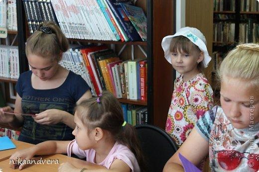 """Здравствуйте дорогие мастерицы! В моей жизни произошло большое событие-радость провела мастер-класс в технике """"Изонить"""". Хотя мастером себя не считаю, но поделиться знаниями с детьми, показать наглядно безумно хотелось. На мое предложение с огромным желанием откликнулась детская библиотека, предоставив помещение, организовав рабочие места, совместно подготовили слайд-шой на большом экране, пригласили детей. Собралось 10 человек в возрасте от 5 до 15 лет. Ни одна из девочек о этом виде творчества не слышала и не видела. С начало мои девочки были напуганы, совсем не понятно, как это воплотить в жизнь, но после небольшой вводной части мы приступили непосредственно к изготовлению солнца. фото 5"""