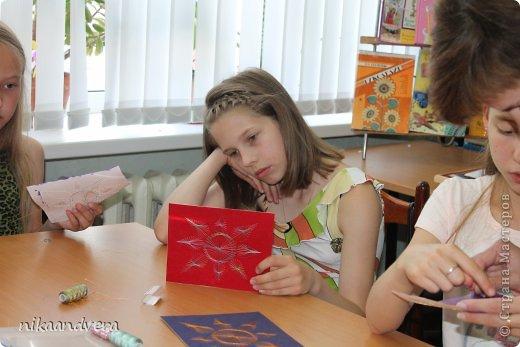 """Здравствуйте дорогие мастерицы! В моей жизни произошло большое событие-радость провела мастер-класс в технике """"Изонить"""". Хотя мастером себя не считаю, но поделиться знаниями с детьми, показать наглядно безумно хотелось. На мое предложение с огромным желанием откликнулась детская библиотека, предоставив помещение, организовав рабочие места, совместно подготовили слайд-шой на большом экране, пригласили детей. Собралось 10 человек в возрасте от 5 до 15 лет. Ни одна из девочек о этом виде творчества не слышала и не видела. С начало мои девочки были напуганы, совсем не понятно, как это воплотить в жизнь, но после небольшой вводной части мы приступили непосредственно к изготовлению солнца. фото 7"""