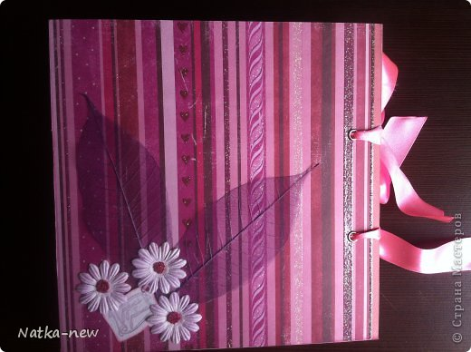 Здравствуйте гости дорогие:) Выкладываю на Ваш суд свой первый фотоальбом. Он конечно не ахти какой большой - по размерам 20*20 и всего на 4 разворота. Исходила из того, сколько фотографий было у меня дома всего семейного состава моей любимой свекрови:) Решила что неприлично будет выкладывать только мою семью:) Старалась спропорциональничать:) Свекровь очень любит цветы, поэтому я решила, что в моем альбоме их должно быть много:) (Кстати - альбом уже нашел своего адресата и был оценен им весьма положительно:) Эта похвала была для меня очень важна. Теперь я хочу услышать от Вас критику, для дальнейшего моего развития:) фото 15