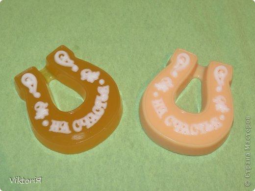 Осваивала новые формы, бумаю что получилось. Это мылко с запахом клубники подарила на свадьбу родственнице.  фото 4