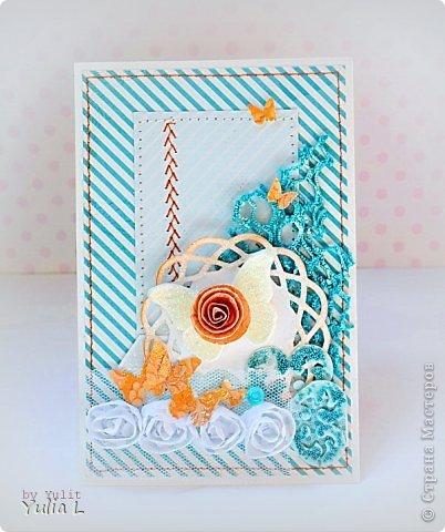 Привет-привет! Я с очередным, теперь уже ярким дуэтом из не показанных работ. Первая открытка по палитре бирюзовый-оранжевый белый. Ассоциации она вызывает разные, даже апельсиновые рощи на берегу лазурного океана (Мариночка, привет!!!), но получилась она действительно яркая и сочная. Материалы: бумага MME, кружево, тесьма на фатине с розами, вырубные бабочки и вырубные сердечки, щедро посыпанные бирюзовым микробисером, акриловые капли, спиральная бумажная роза, строчка. Большая бабочка сделана из самозатвердевающей пластики при помощи молдов и присыпана полупрозрачным сухим глиттером.  фото 1