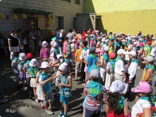 Приветствую всех на своей страничке! @}->-- Ну вот и закончилась смена школьных лагерей, а вместе с ними и творческие кружки и как подведение итогов - ярмарка детских поделок. Дети во время школьного лагеря не только посещали интересные экскурсии в городе, но и ходили на разные творческие кружки при нашем детском творческом центре. Там они изготавливали совершенно разные поделки в абсолютно разных техниках, за что получали жетоны-денежки, предназначенные для самой ярмарки. Если жетонов не хватало, дети могли их заработать перед самой ярмаркой на различных эстафетах, конкурсах, песнями, стихами и т.д.  В ранее выложенных мною постах (с подарочными пакетиками и гусеничками), я писала, что как активная родительница прилагаю свою посильную помощь в организации ярмарки, своими поделками добавляем разнообразия ассортимента ярмарки, поработала и продавцом, ну и конечно же фоторепортаж для руководства. Вот и вам решила тоже показать. Ярмарка шла 3 дня, для разных школ был свой день, поэтому фото очень много, наберитесь терпения... фото 35