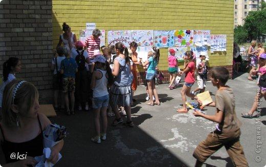 Приветствую всех на своей страничке! @}->-- Ну вот и закончилась смена школьных лагерей, а вместе с ними и творческие кружки и как подведение итогов - ярмарка детских поделок. Дети во время школьного лагеря не только посещали интересные экскурсии в городе, но и ходили на разные творческие кружки при нашем детском творческом центре. Там они изготавливали совершенно разные поделки в абсолютно разных техниках, за что получали жетоны-денежки, предназначенные для самой ярмарки. Если жетонов не хватало, дети могли их заработать перед самой ярмаркой на различных эстафетах, конкурсах, песнями, стихами и т.д. В ранее выложенных мною постах (с подарочными пакетиками и гусеничками), я писала, что как активная родительница прилагаю свою посильную помощь в организации ярмарки, своими поделками добавляем разнообразия ассортимента ярмарки, поработала и продавцом, ну и конечно же фоторепортаж для руководства. Вот и вам решила тоже показать. Ярмарка шла 3 дня, для разных школ был свой день, поэтому фото очень много, наберитесь терпения... фото 39