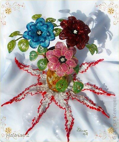 Цветы в этом букете выполнены из продолговатого бисера-рубки.Работа выполнена по МК Елены Башкатовой,найденному в интернете. фото 2