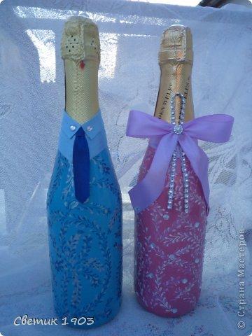Заказали мне бутылочку на сватовство. Заказ интересны и немного необычный : сделать Жениха и невесту в розово-голубом цвете,  с галстуком м бантиком, разрисованную.   Долго с заказчиком думали что же сотворить, перебрали варианты, прикладывали банты, кружева, ленты. Вот что из этого вышло. Необычная свадебная парочка. А почему бы и нет?  И такая парочка может быть. фото 1