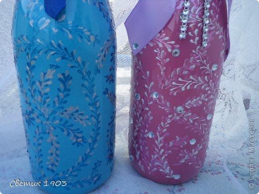 Заказали мне бутылочку на сватовство. Заказ интересны и немного необычный : сделать Жениха и невесту в розово-голубом цвете,  с галстуком м бантиком, разрисованную.   Долго с заказчиком думали что же сотворить, перебрали варианты, прикладывали банты, кружева, ленты. Вот что из этого вышло. Необычная свадебная парочка. А почему бы и нет?  И такая парочка может быть. фото 2