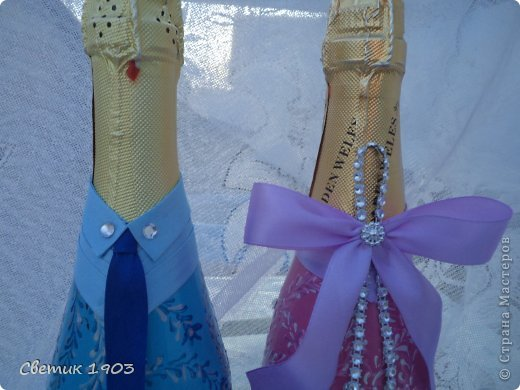 Заказали мне бутылочку на сватовство. Заказ интересны и немного необычный : сделать Жениха и невесту в розово-голубом цвете,  с галстуком м бантиком, разрисованную.   Долго с заказчиком думали что же сотворить, перебрали варианты, прикладывали банты, кружева, ленты. Вот что из этого вышло. Необычная свадебная парочка. А почему бы и нет?  И такая парочка может быть. фото 3