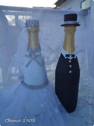 Заказали мне бутылочку на сватовство. Заказ интересны и немного необычный : сделать Жениха и невесту в розово-голубом цвете,  с галстуком м бантиком, разрисованную.   Долго с заказчиком думали что же сотворить, перебрали варианты, прикладывали банты, кружева, ленты. Вот что из этого вышло. Необычная свадебная парочка. А почему бы и нет?  И такая парочка может быть. фото 4