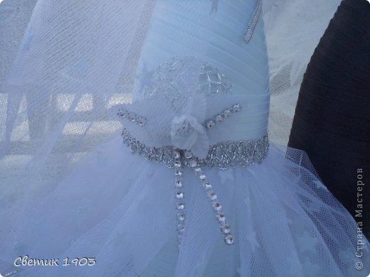 Заказали мне бутылочку на сватовство. Заказ интересны и немного необычный : сделать Жениха и невесту в розово-голубом цвете,  с галстуком м бантиком, разрисованную.   Долго с заказчиком думали что же сотворить, перебрали варианты, прикладывали банты, кружева, ленты. Вот что из этого вышло. Необычная свадебная парочка. А почему бы и нет?  И такая парочка может быть. фото 6