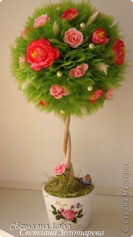 """Вот такое деревце выросло у меня на днях. Деревце  - моя повторюшка.... )) Просили сделать похожим на предыдущую работу. Но повторяться не люблю.... Топиарий """"Летние цветы"""". Выполнен из органзы, искусственных цветов, сизаль, лагурус, бусины, ствол украшен лентами. Высота 43 см. фото 2"""