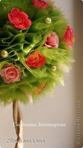 """Вот такое деревце выросло у меня на днях. Деревце  - моя повторюшка.... )) Просили сделать похожим на предыдущую работу. Но повторяться не люблю.... Топиарий """"Летние цветы"""". Выполнен из органзы, искусственных цветов, сизаль, лагурус, бусины, ствол украшен лентами. Высота 43 см. фото 1"""