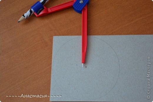 Кумихимо - это японское плетение шнурков-косичек. При переплетении ниток получаются тесемки и шнурочки. Плетутся эти шнурки на специальных станках - Марудай и Такадай. Станок Марудай используется для плетения круглых шнурков, а Такадай - плоских. Кумихимо использовали самураи в декоративных и функциональных целях, чтобы завязывать свои доспехи и доспехи лошади. Так же шнурки кумихимо используются для завязывания оби (пояс кимоно). Современный станок кумихимо, сделанный из твердого, но гибкого пенопласта в виде круга может так же использоватся как переносной марудай. (Переносной марудай (Переносной станок) - это то, что мы сейчас делаем, диск для плетения Кумихимо) В этом переносном станке есть 32 выреза. Однако этот станок не такой удобный как марудай. На станке марудай можно использовать любое количество ниток любой толщины и фактуры, а на переносном станке можно использовать не больше 16 ниток. Так же на станке марудай можно изготавливать разные шнурки - и плоские и четырехугольные и даже полые. Существуют так же и четырехугольные переносные станки для изготовления плоских шнурков.  Вот такой диск используется для плетения Кумихимо. фото 4