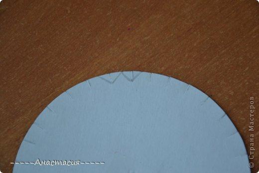 Кумихимо - это японское плетение шнурков-косичек. При переплетении ниток получаются тесемки и шнурочки. Плетутся эти шнурки на специальных станках - Марудай и Такадай. Станок Марудай используется для плетения круглых шнурков, а Такадай - плоских. Кумихимо использовали самураи в декоративных и функциональных целях, чтобы завязывать свои доспехи и доспехи лошади. Так же шнурки кумихимо используются для завязывания оби (пояс кимоно). Современный станок кумихимо, сделанный из твердого, но гибкого пенопласта в виде круга может так же использоватся как переносной марудай. (Переносной марудай (Переносной станок) - это то, что мы сейчас делаем, диск для плетения Кумихимо) В этом переносном станке есть 32 выреза. Однако этот станок не такой удобный как марудай. На станке марудай можно использовать любое количество ниток любой толщины и фактуры, а на переносном станке можно использовать не больше 16 ниток. Так же на станке марудай можно изготавливать разные шнурки - и плоские и четырехугольные и даже полые. Существуют так же и четырехугольные переносные станки для изготовления плоских шнурков.  Вот такой диск используется для плетения Кумихимо. фото 12