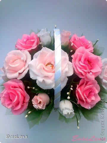 Почему так сладко пахнут розы, Принося сумятицу в сердца? Аромат цветов рождает грезы, Душу будоражит без конца. Сколько шарма, прелести, изыска, Сколько силы в царственном цветке! Лишь шипы – защита зоны риска – Оставляют след свой на руке. Розовый букет прекрасный свежий Восхищает и волнует кровь. Только аромат цветочный, нежный Лишь в саду готов дарить любовь... Автор Т.Лаврова  Предлагаю вашему вниманию еще одну работу в стиле свит-дизайн! Она очень нежная и воздушная!  Приятного просмотра!  фото 2