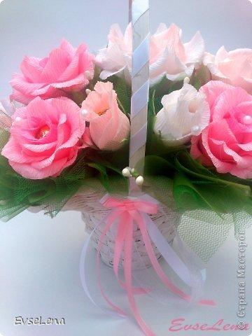 Почему так сладко пахнут розы, Принося сумятицу в сердца? Аромат цветов рождает грезы, Душу будоражит без конца. Сколько шарма, прелести, изыска, Сколько силы в царственном цветке! Лишь шипы – защита зоны риска – Оставляют след свой на руке. Розовый букет прекрасный свежий Восхищает и волнует кровь. Только аромат цветочный, нежный Лишь в саду готов дарить любовь... Автор Т.Лаврова  Предлагаю вашему вниманию еще одну работу в стиле свит-дизайн! Она очень нежная и воздушная!  Приятного просмотра!  фото 3