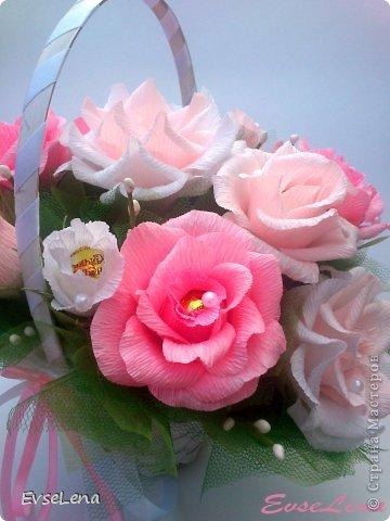 Почему так сладко пахнут розы, Принося сумятицу в сердца? Аромат цветов рождает грезы, Душу будоражит без конца. Сколько шарма, прелести, изыска, Сколько силы в царственном цветке! Лишь шипы – защита зоны риска – Оставляют след свой на руке. Розовый букет прекрасный свежий Восхищает и волнует кровь. Только аромат цветочный, нежный Лишь в саду готов дарить любовь... Автор Т.Лаврова  Предлагаю вашему вниманию еще одну работу в стиле свит-дизайн! Она очень нежная и воздушная!  Приятного просмотра!  фото 4