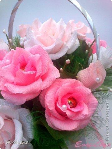 Почему так сладко пахнут розы, Принося сумятицу в сердца? Аромат цветов рождает грезы, Душу будоражит без конца. Сколько шарма, прелести, изыска, Сколько силы в царственном цветке! Лишь шипы – защита зоны риска – Оставляют след свой на руке. Розовый букет прекрасный свежий Восхищает и волнует кровь. Только аромат цветочный, нежный Лишь в саду готов дарить любовь... Автор Т.Лаврова  Предлагаю вашему вниманию еще одну работу в стиле свит-дизайн! Она очень нежная и воздушная!  Приятного просмотра!  фото 1