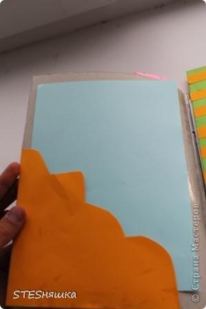 Всем привет. Решила я сделать подарок моей знакомой. Получился вот такой вот блокнотик. Основа листы из тетради. Обложка картон. Цветок офисная бумага. Надпись фломастерами. Картинка из интернета.  фото 2