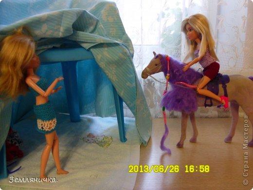 Приветик всем! Это мои куклы Даша и Яна(Даша с лева, а Яна с права).Они сёстры и живут раздельно, так как их родители в разводе.И Яна решила навестить свою сестру Дашу! она вместе с Яной любили брать огромныей куски шолка делать из них домик.Даша ждала Яну по этому решила сделать ей подарок из детсва и сделала тот домик. фото 7
