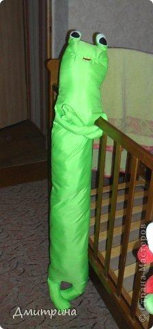 Здравствуйте, жители Страны! Сегодня пришла к вам в гости со своей подушкой-подружкой-лягушкой! Сшила сама, по своему эскизу. Набита синтепоном. фото 6