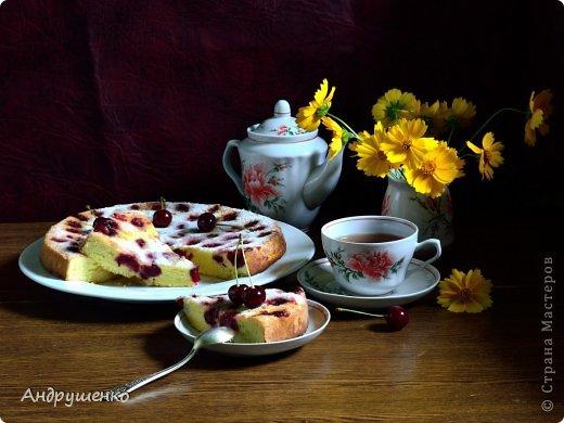 Бисквитный пирог с вишней пекла по рецепту: 6 яиц, 1 ст. сахара, 1 ст. муки, ванилин Вишни нужно около стакана без косточек. Для пирога с вишней нужно либо взять на 1 яйцо меньше, либо добавить еще немного муки, потому что вишня свежая, очень сочная.