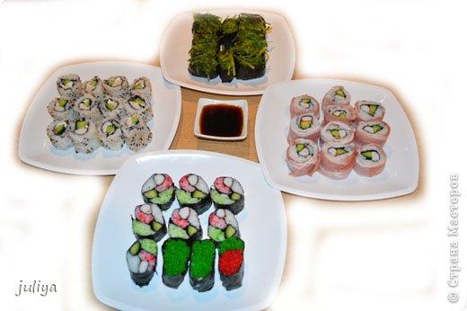 """Японское название дословно переводится как """"крученые суси"""". В последствие это название было переведено на английский и получило широкое распространение в 70-х годах, когда в США случился настоящий бум японской кухни.  фото 1"""