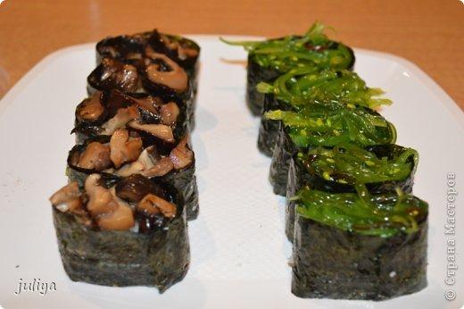 """Японское название дословно переводится как """"крученые суси"""". В последствие это название было переведено на английский и получило широкое распространение в 70-х годах, когда в США случился настоящий бум японской кухни.  фото 7"""