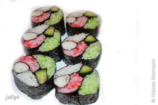 """Японское название дословно переводится как """"крученые суси"""". В последствие это название было переведено на английский и получило широкое распространение в 70-х годах, когда в США случился настоящий бум японской кухни.  фото 5"""