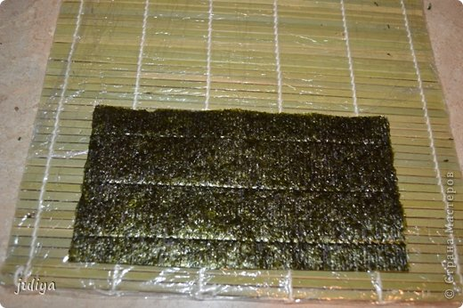 Ингредиенты: Рис для суши Нори Чука Орехорый соус Огурец Перец красный фото 5