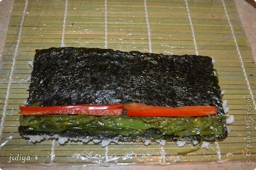 Ингредиенты: Рис для суши Нори Чука Орехорый соус Огурец Перец красный фото 7