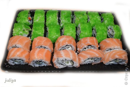 """Японское название дословно переводится как """"крученые суси"""". В последствие это название было переведено на английский и получило широкое распространение в 70-х годах, когда в США случился настоящий бум японской кухни.  фото 6"""