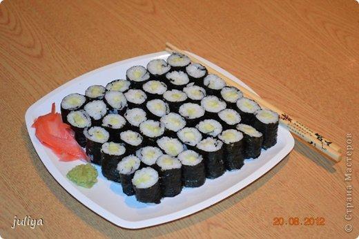 """Японское название дословно переводится как """"крученые суси"""". В последствие это название было переведено на английский и получило широкое распространение в 70-х годах, когда в США случился настоящий бум японской кухни.  фото 3"""