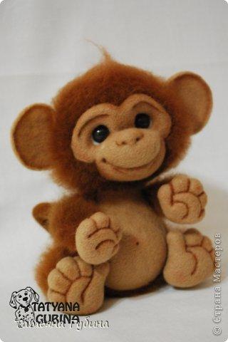 Слышен гомон спозаранок: Стая диких обезьянок Веселится и шалит, Среди веток пальм парит. Тут простор для шалунишек: Пусть на ветках нету шишек, Но бананы всегда есть, Связок их не перечесть. И летят от них кожурки, Перепачканы все шкурки, И хохочут и кричат, Дразнятся и верещат. Но не только лишь бананы- Занимают их лианы, Что везде: и там, и тут, Оплетая всё, растут. Как на них не прокатиться, Стоит только ухватиться Ловкой лапкою одной... Джунгли- дом для них родной! (О. Фомина) Высота: 19 см Материалы: шерсть, пластика, проволока, лак, пастельные карандаши. фото 4