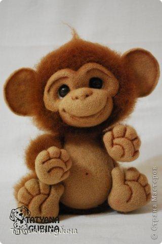Слышен гомон спозаранок: Стая диких обезьянок Веселится и шалит, Среди веток пальм парит. Тут простор для шалунишек: Пусть на ветках нету шишек, Но бананы всегда есть, Связок их не перечесть. И летят от них кожурки, Перепачканы все шкурки, И хохочут и кричат, Дразнятся и верещат. Но не только лишь бананы- Занимают их лианы, Что везде: и там, и тут, Оплетая всё, растут. Как на них не прокатиться, Стоит только ухватиться Ловкой лапкою одной... Джунгли- дом для них родной! (О. Фомина) Высота: 19 см Материалы: шерсть, пластика, проволока, лак, пастельные карандаши. фото 6