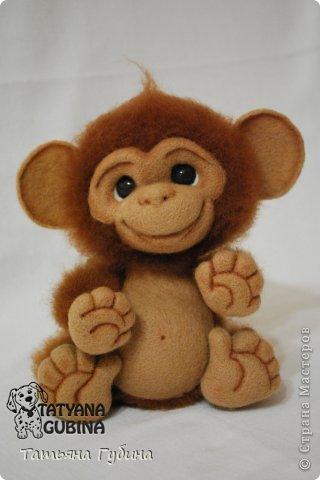 Слышен гомон спозаранок: Стая диких обезьянок Веселится и шалит, Среди веток пальм парит. Тут простор для шалунишек: Пусть на ветках нету шишек, Но бананы всегда есть, Связок их не перечесть. И летят от них кожурки, Перепачканы все шкурки, И хохочут и кричат, Дразнятся и верещат. Но не только лишь бананы- Занимают их лианы, Что везде: и там, и тут, Оплетая всё, растут. Как на них не прокатиться, Стоит только ухватиться Ловкой лапкою одной... Джунгли- дом для них родной! (О. Фомина) Высота: 19 см Материалы: шерсть, пластика, проволока, лак, пастельные карандаши. фото 1