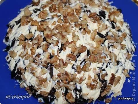 """Всем привет!!! Хочу поделиться рецептом любимого салатика (вроде такого на сайте не видела). Когда-то давно мне его дала подруга Катя, поэтому салат так и называю """"Катюхинский""""))) Итак, для салата нам понадобится: грудка куриная отварная - 1 шт огурец свежий- 2шт яйца вареные -3 шт чернослив-100-200 гр грецкий орех - 200 гр майонез  фото 7"""