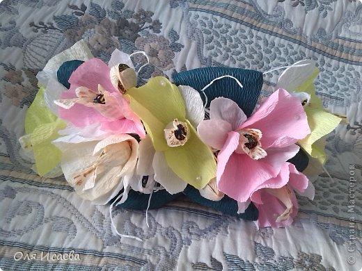 Всем привет, хочу показать мой сладкий кошелечек с орхидеями , для подруги. Миленький и маленький. Ей понравился. Делала по ее просьбе , чтобы влез в посылку. Всего 13 конфеток, орешки в шоколаде. Первый раз такая композиция, думаю что получилось, буду ждать вашего мнения.    фото 2