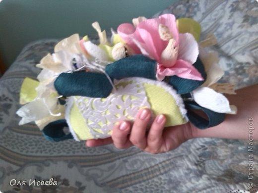 Всем привет, хочу показать мой сладкий кошелечек с орхидеями , для подруги. Миленький и маленький. Ей понравился. Делала по ее просьбе , чтобы влез в посылку. Всего 13 конфеток, орешки в шоколаде. Первый раз такая композиция, думаю что получилось, буду ждать вашего мнения.    фото 4