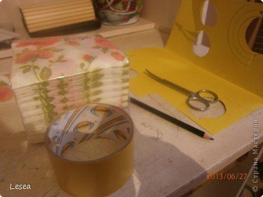 Здравствуйте! Сегодня я вам покажу как сделать цветы из салфеток.Для начала нам пригодится: -Ножницы  -Салфетки  -Скотч или клей  -Цветной картон (я использовала жёлтый)  -Предмет округлой формы  -Простой карандаш    фото 1