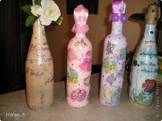 Использовала распечатки на струйном принтере, на двух бутылках в центре использовала картинки американской художницы Нэнси Ноэль, у нее обалденные ангелочки! На бутылке с левой стороны картинка неизвестного автора, просто красивая свадебная тематика. На правой картинке - мой остров, из песка и структурной пасты, оформленный распечатками рыб, которые водятся у берегов Сахалина. Картинки оформила подрисовкой цветов с помощью контуров по стеклу. фото 2
