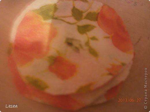 Здравствуйте! Сегодня я вам покажу как сделать цветы из салфеток.Для начала нам пригодится: -Ножницы  -Салфетки  -Скотч или клей  -Цветной картон (я использовала жёлтый)  -Предмет округлой формы  -Простой карандаш    фото 2
